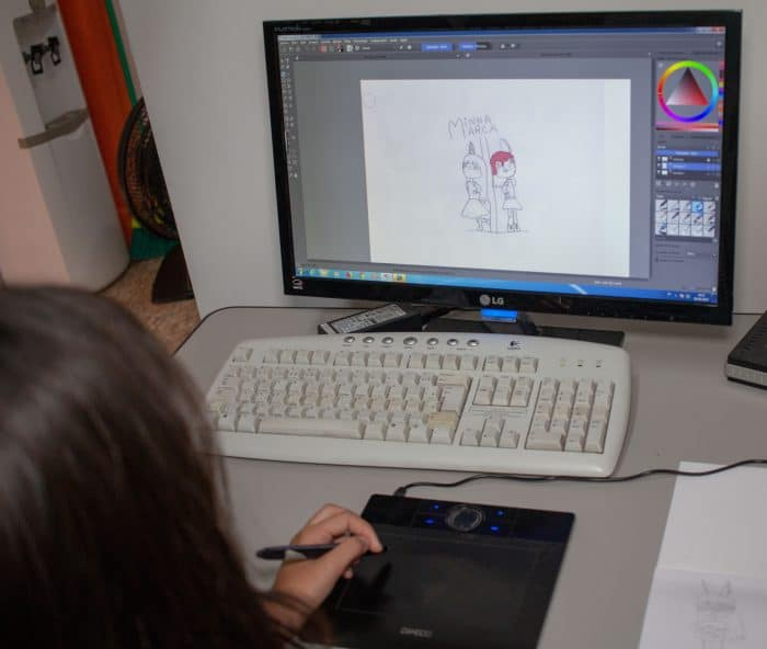 Aluna em estudo online de Educação Artística Infantil