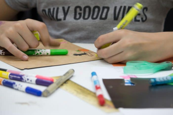 Aluna desenhando no curso de  Educação Artística Infantil